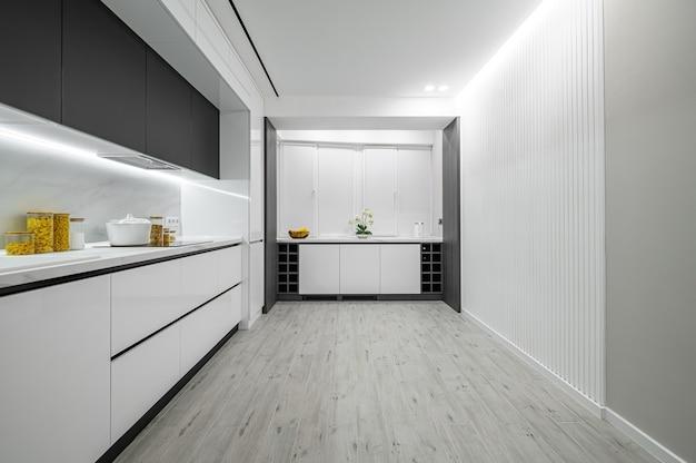 Cozinha luxuosa em mármore preto e branco moderno