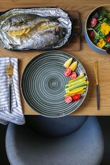 Cozinha mediterrânea na mesadorada do forno com salada e queijo travessa de queijo com nozes e salada nutrição adequada na mesa legumes com peixe assadopeixe prontodorado grill