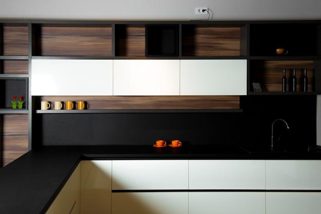 Cozinha minimalista, alegre e moderna em um apartamento caro