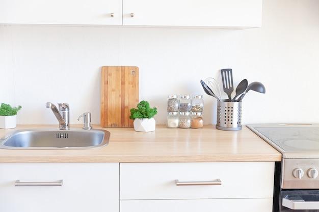 Cozinha minimalista clássica escandinava com detalhes em madeira e branco