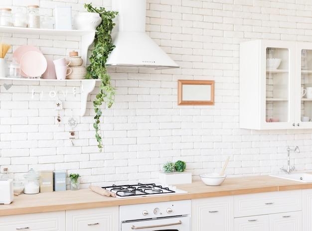 Cozinha moderna acolhedora brilhante
