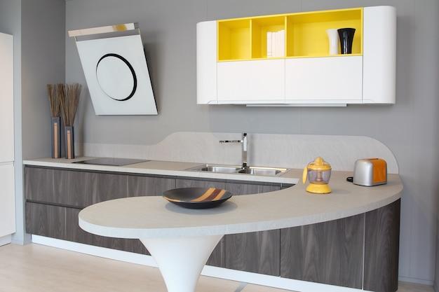 Cozinha moderna branca e amarela