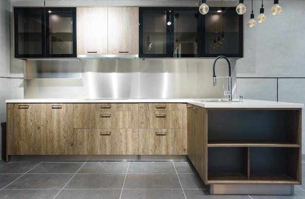 Cozinha moderna brilhante com aparelhos de aço inoxidável. design de interiores.