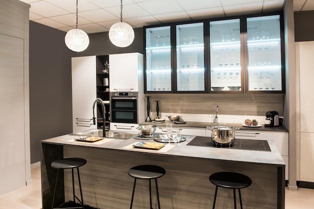 Cozinha moderna com ilha central e banquetas