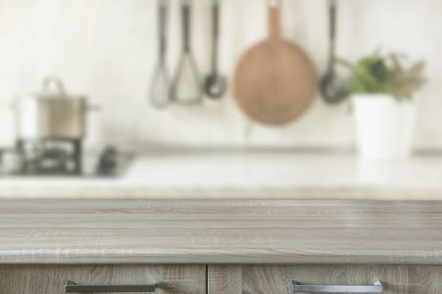 Cozinha moderna com mesa de madeira, espaço para você e produtos de exibição.
