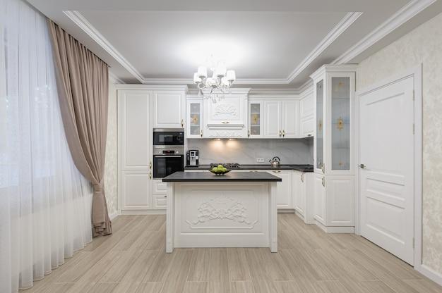 Cozinha moderna de luxo branco com ilha