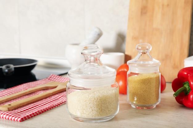 Cozinha moderna e aconchegante com diferentes suprimentos