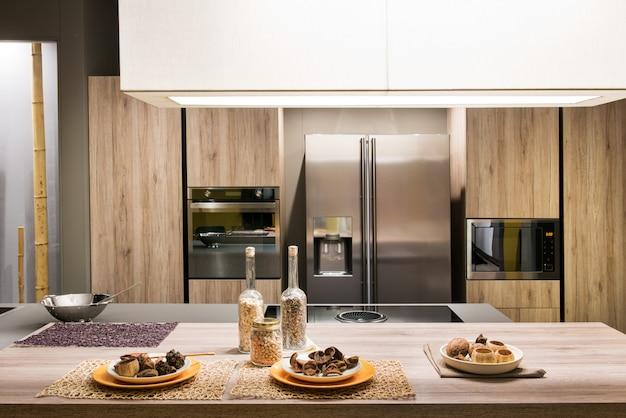 Cozinha moderna e equipada com armários de madeira