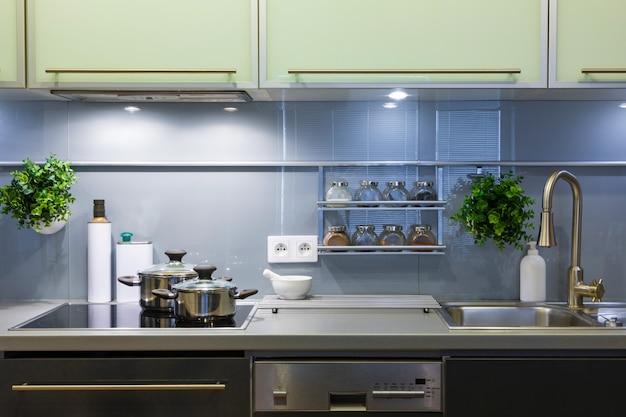 Cozinha moderna em casa com utensílios de cozinha