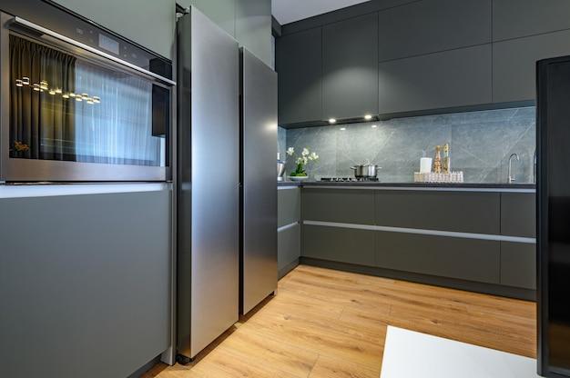 Cozinha moderna grande e luxuosa em cinza escuro