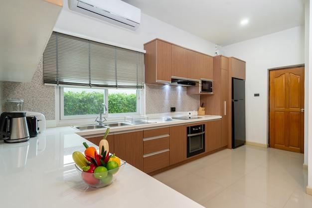 Cozinha ocidental totalmente equipada em casa moderna