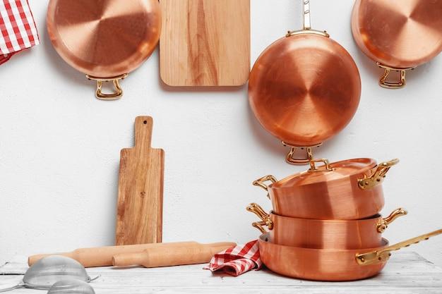 Cozinha para uso profissional com muitos potes de cobre