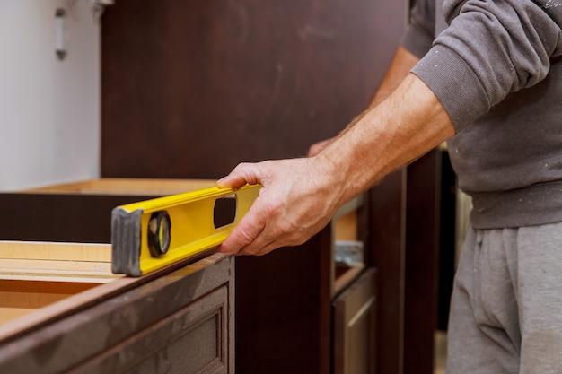Cozinha personalizada em vários armários básicos de instalação
