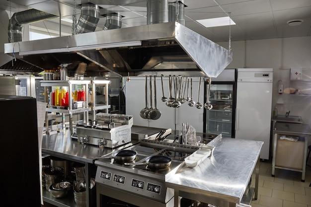 Cozinha profissional em equipamentos e dispositivos modernos de restaurante cozinha vazia