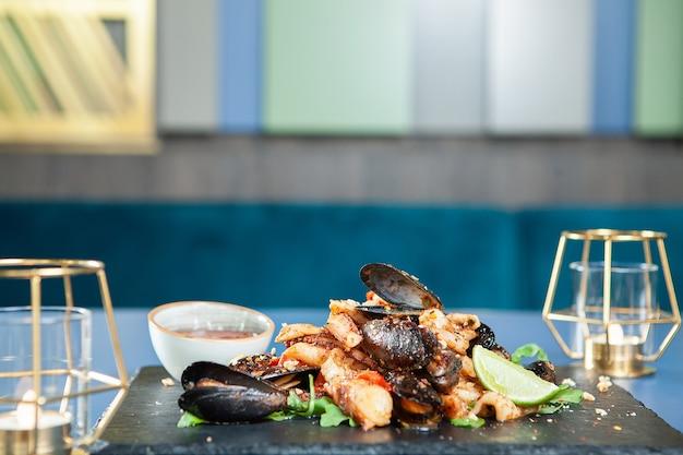 Cozinha requintada de frutos do mar em restaurante de luxo. comida mediterrânea