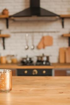 Cozinha rústica em desfocagem. mesa de madeira em foco.