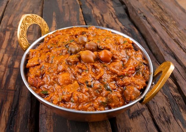 Cozinha saudável indiana chana masala em fundo de madeira