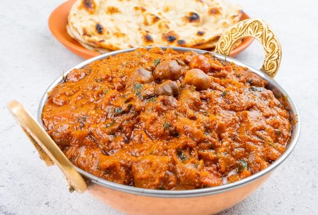 Cozinha saudável indiana chana masala, servida com tandoori roti