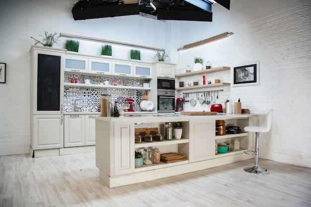 Cozinha tipo estúdio, design leve, estilo moderno, design clássico.