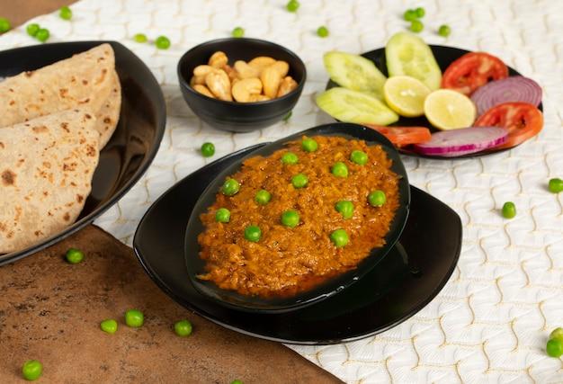 Cozinha tradicional do rajastão haldi sabji ou tukkar com salada