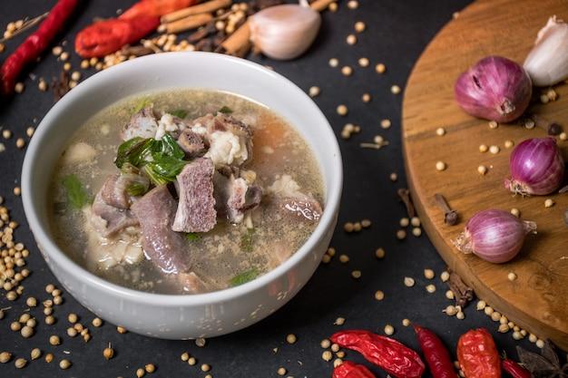 Cozinha tradicional indonésia a sopa de cabra é feita de carneiro, tomate, aipo, cebola verde, gengibre
