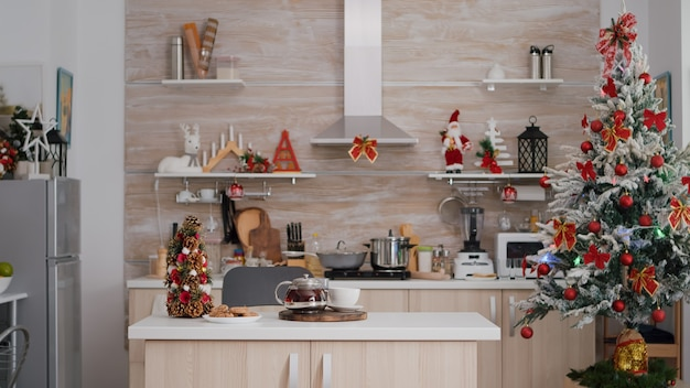 Cozinha vazia decorada de natal sem ninguém pronta para a sobremesa da manhã de natal