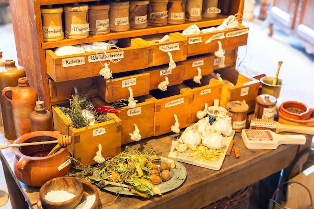 Cozinha vintage no velho castelo, baú com temperos, europa. arquitetura tradicional europeia, lugares famosos para turismo e viagens, cozinha medieval interior