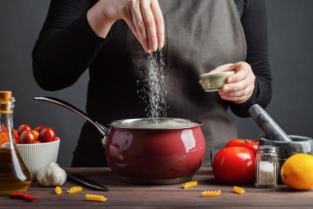 Cozinhando a massa italiana em um potenciômetro na cozinha.