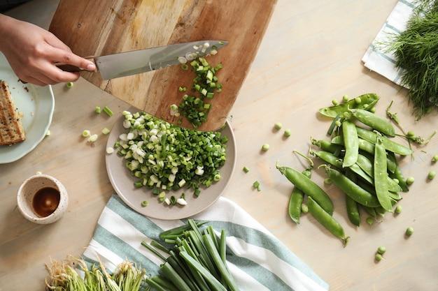 Cozinhando. chef está cortando verduras na cozinha
