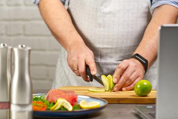 Cozinhando com bife de atum em casa cozinha on-line receita de culinária conceito de peixe cozinhando em casa