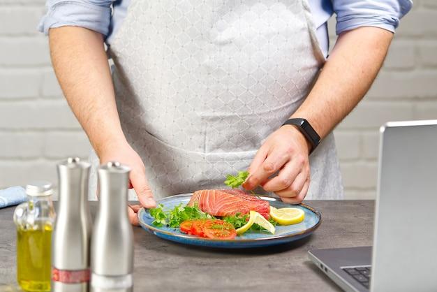 Cozinhando com bife de atum em casa