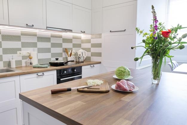 Cozinhando em casa, carne cebola repolho na tábua de cortar com faca