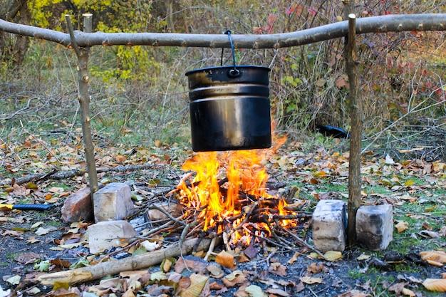 Cozinhando em uma fogueira