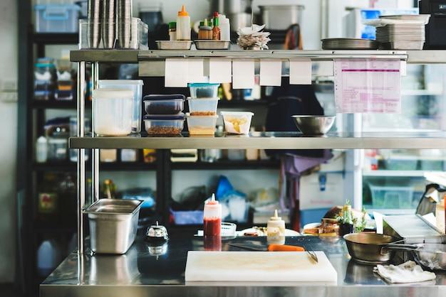 Cozinhando ingredientes na cozinha do restaurante