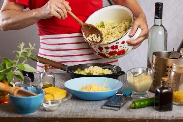 Cozinhando massa! macarrão de cotovelo com brócolis