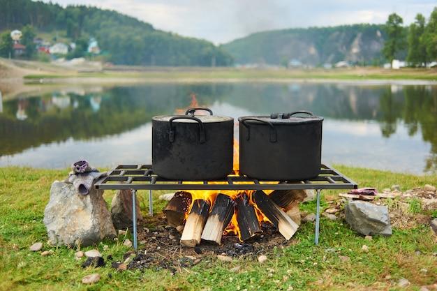 Cozinhando no fogo para um acampamento