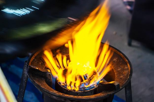 Cozinhando no mercado na tailândia
