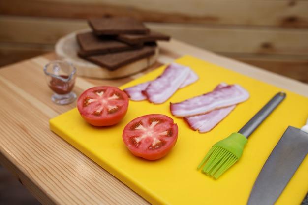 Cozinhando sanduíche. todos os graduandos preparados na mesa de madeira