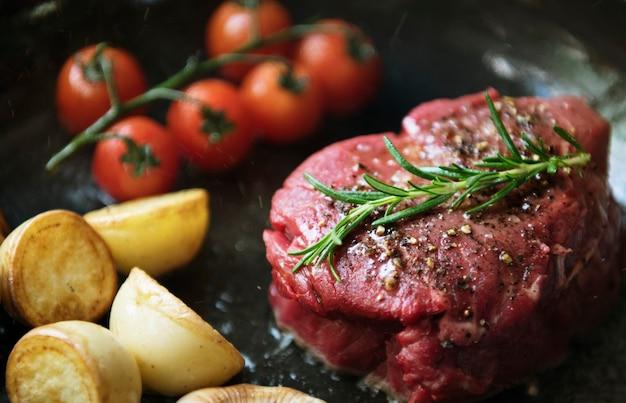 Cozinhando uma ideia de receita de fotografia de comida de bife de filé