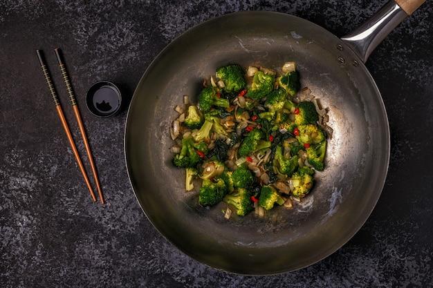 Cozinhando wok asiático com legumes salteados