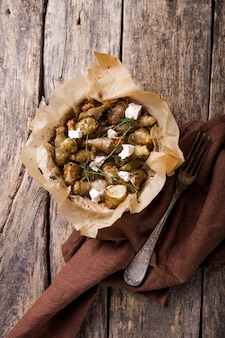 Cozinhar alcachofras de jerusalém ou topinambour (topinambur), também conhecida como maçã da terra ou raiz solar em placa
