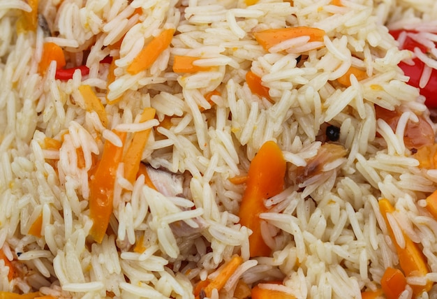 Cozinhar arroz pilaf em uma grande panela de ferro fundido em chamas