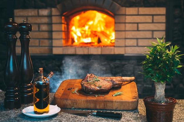 Cozinhar bife em um forno de pedra.