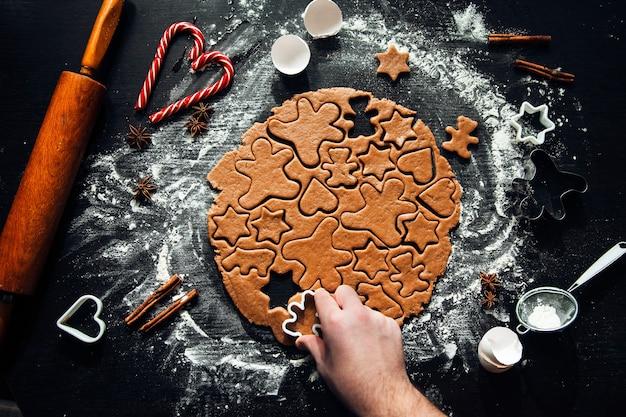 Cozinhar biscoitos caseiros de gengibre. doces caseiros tradicionais de natal. fazendo biscoitos caseiros de gengibre. atmosfera festiva, comida caseira.