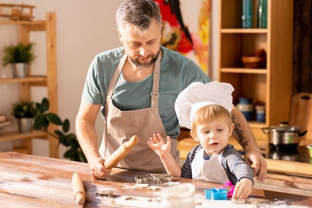 Cozinhar biscoitos com o pai