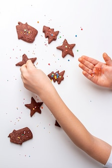 Cozinhar biscoitos de chocolate ou pão de mel no natal e ano novo.