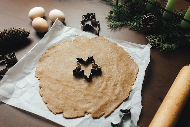 Cozinhar biscoitos de gengibre de natal na cozinha.