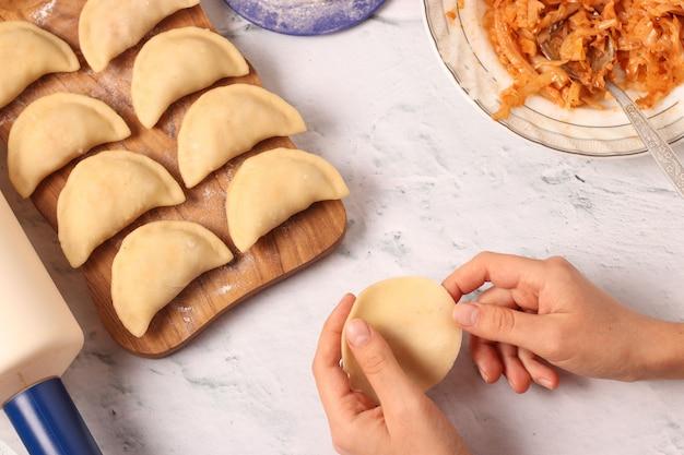 Cozinhar bolinhos de massa com repolho em casa