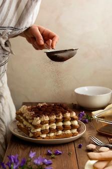 Cozinhar bolo de café tiramisu com bolo de mascarpone e biscoitos de esponja de dedo. receita passo a passo, comida caseira.