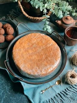 Cozinhar bolo de mel em casa. camadas de bolo assado redondo empilhadas no prato.